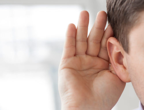 """""""Ide mondd, ezzel jobban hallok."""" – A féloldali hallásvesztés felfedezése és kezelése"""