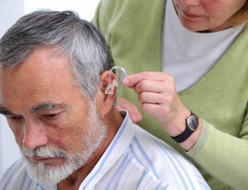 A látásunk javítása nem nagy ügy, a hallókészülék viseléséből mégis problémát csinálunk. Miért?
