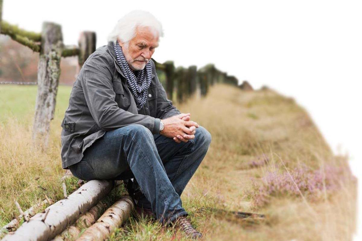 Az idősebbek körében a kezeletlen halláskárosodás egyik jele, hogy az kevésbé vesznek részt a közösségi tevékenységekben.